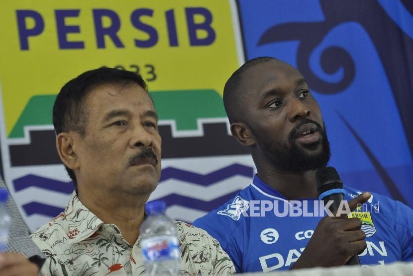 Manajemen Persib memperkenalkan Carlton Cole sebagai rekrutan mereka di Bandung, Kamis (30/3). Cole merupakan salah satu mantan pemain yang pernah merumput di Liga Premiere Inggris.