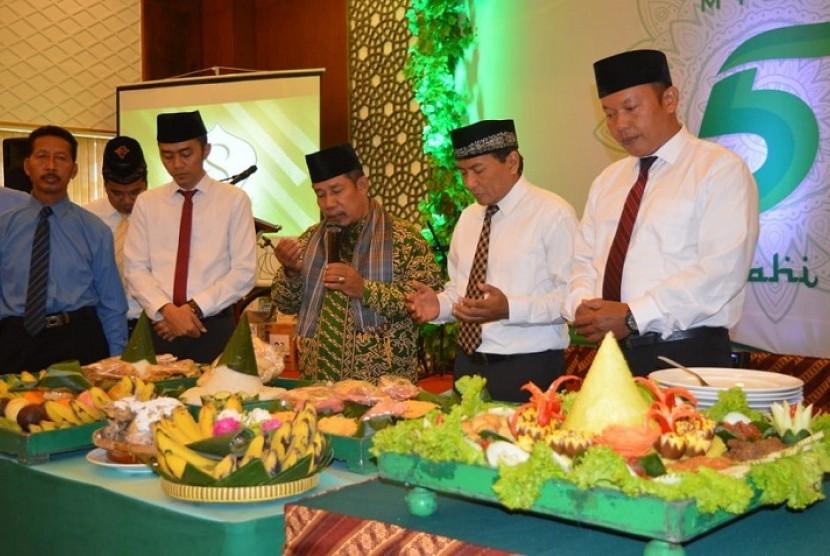 Manajemen Syariah Hotel Solo merayakan milad kelima, Senin (11/3).