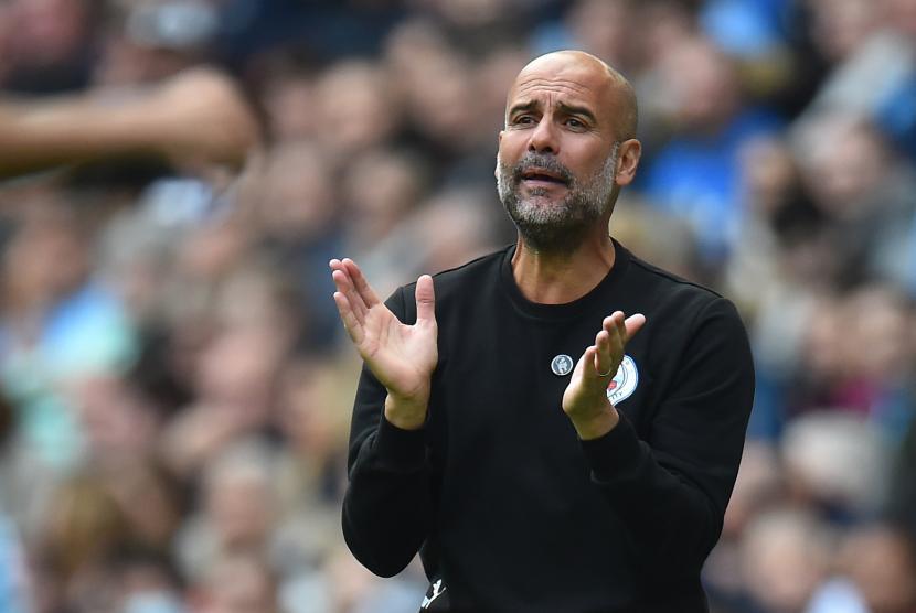 Manajer Manchester City Pep Guardiola bereaksi selama pertandingan sepak bola Liga Premier Inggris antara Manchester City dan Burnley di Manchester, Inggris, 16 Oktober 2021.