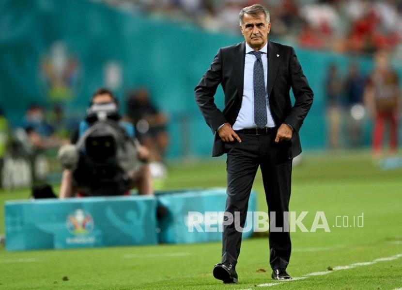 Manajer Turki Senol Gunes menyaksikan timnya saat pertandingan grup A kejuaraan sepak bola Euro 2020 antara Swiss dan Turki di Stadion Olimpiade Baku di Baku, Azerbaijan, Ahad (20/6).