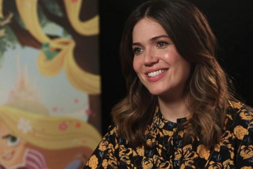 Mandy Moore tampil di acara resmi pertama kalinya di Emmy 2021 setelah melahirkan.