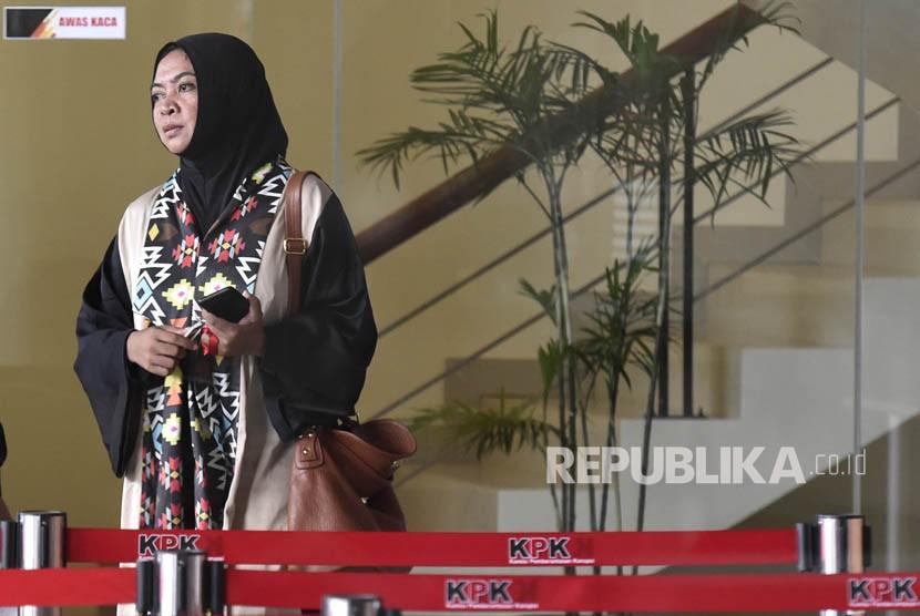Mantan anggota DPR periode 2004-2009 sekaligus mantan terpidana kasus suap dana penyesuaian infrastruktur daerah (DPID) Wa Ode Nurhayati tiba di Gedung Merah Putih Komisi Pemberantasan Korupsi (KPK), Jakarta, untuk menjalani pemeriksaan, Senin (26/2).