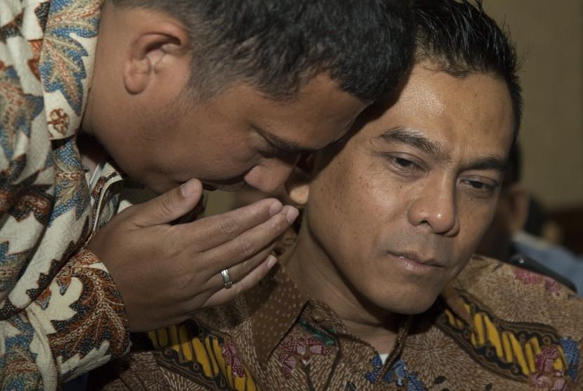 Mantan Anggota DPRD DKI Jakarta M. Sanusi (kanan) menghadiri sidang perdana di Pengadilan Tipikor, Jakarta, Rabu (24/6).
