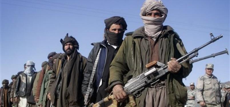 Mantan anggota Taliban memegang senjata mereka saat gabung dalam acara bersama pemerintah Afghanistan di Herat, Kabul, Afghanistan.