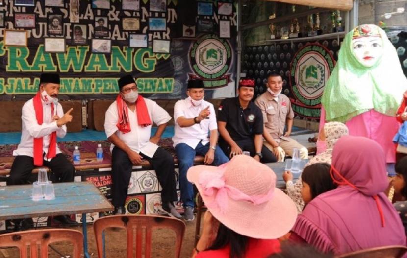 Mantan gubernur Banten Rano Karno (kedua dari kiri) menjadi juru kampanye pasangan Muhammad-Saraswati