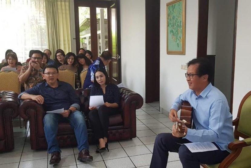 Mantan Gubernur DKI Jakarta Basuki Tjahaja Purnama alias Ahok (kiri) bersama keluarga dan kerabatnya mengikuti kebaktian ucapan syukur di Jakarta, Kamis (24/1/2019).