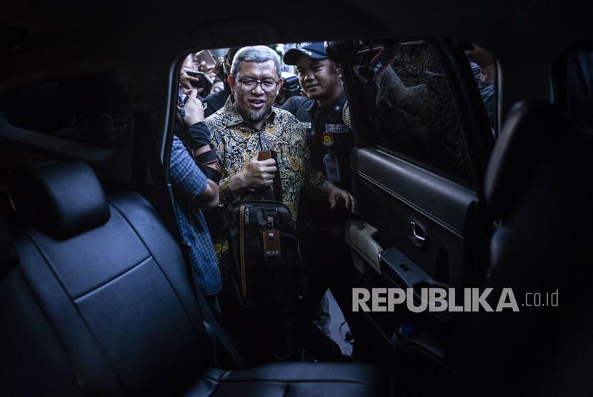 Mantan Gubernur Jawa Barat Ahmad Heryawan alias Aher (tengah) bergegas seusai menjalani pemeriksaan di gedung KPK, Jakarta, Rabu (9/1/2019).