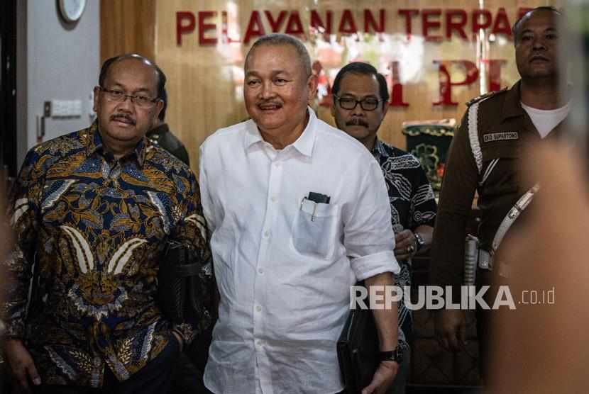 Mantan Gubernur Sumatera Selatan Alex Noerdin (tengah) berjalan keluar seusai menjalani pemeriksaan di Kejaksaan Agung, Jakarta, Rabu (14/8/2019).
