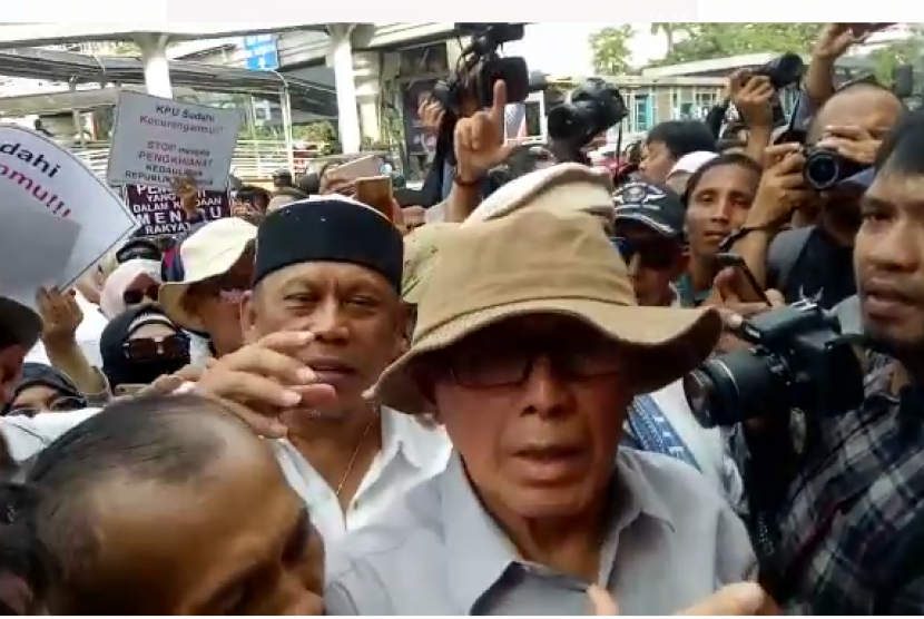 Mantan Kepala Komando Cadangan Strategis Angkatan Darat Mayjen TNI (Purn) Kivlan Zen dan Politisi Partai Amanat Nasional (PAN) Eggi Sudjana saat demonstrasi di Bawaslu, Jakarta Pusat, Kamis (9/5).