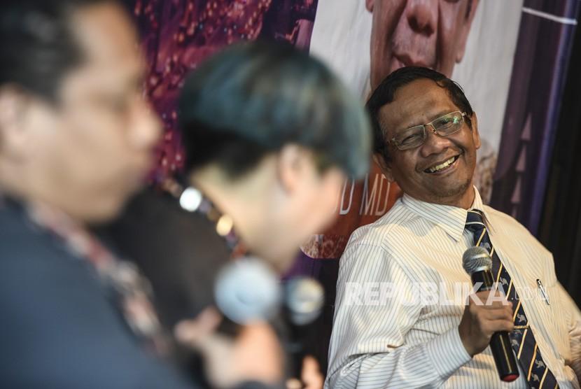 Mantan Ketua Mahkamah Konstitusi Mahfud MD (kanan) memberikan pandangannya bersama perwakilan generasi millenial Arie Kriting (kiri) dan Inaya Wahid (tengah) pada Bincang Millenial bersama Mahfud MD, di Jakarta, Senin (15/4/2019).