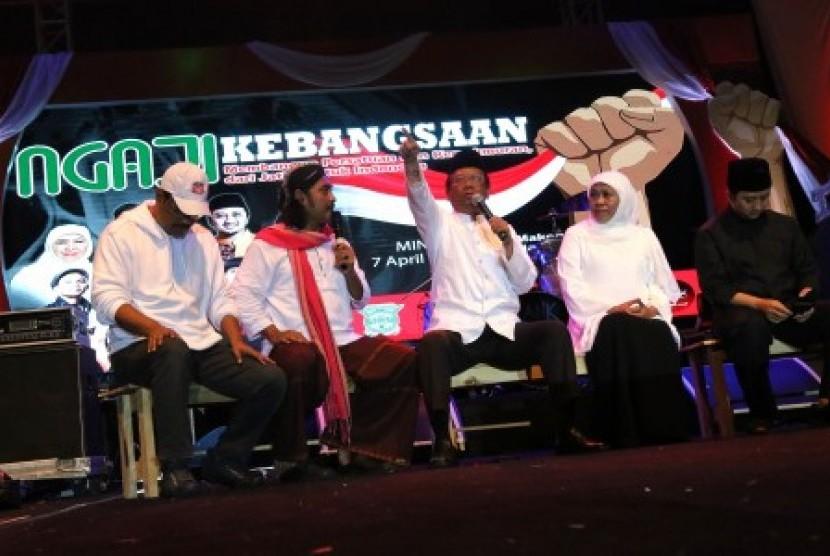 Mantan Ketua Mahkamah Konstitusi Mahfud MD (kedua kanan) didampingi mantan Wagub Jatim Saifullah Yusuf (kiri) dan Gubernur Jawa Timur Khofifah Indar Parawansa (kedua kanan) dan Ustaz Yusuf Mansur (kanan) memberikan wawasan kebangsaan saat Ngaji Kebangsaan di Surabaya, Jawa Timur, Ahad (7/4/2019).