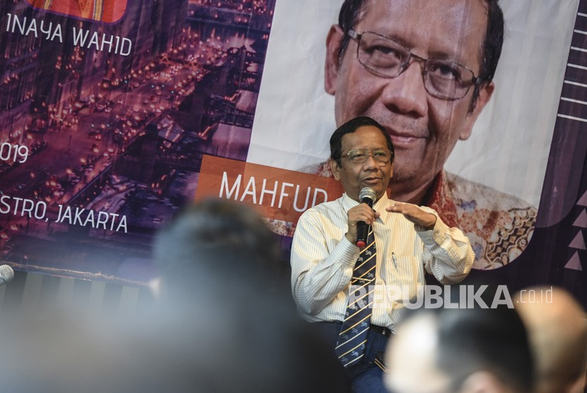 Mantan Ketua Mahkamah Konstitusi Mahfud MD memberikan pandangannya pada Bincang Millenial bersama Mahfud MD, di Jakarta, Senin (15/4/2019).