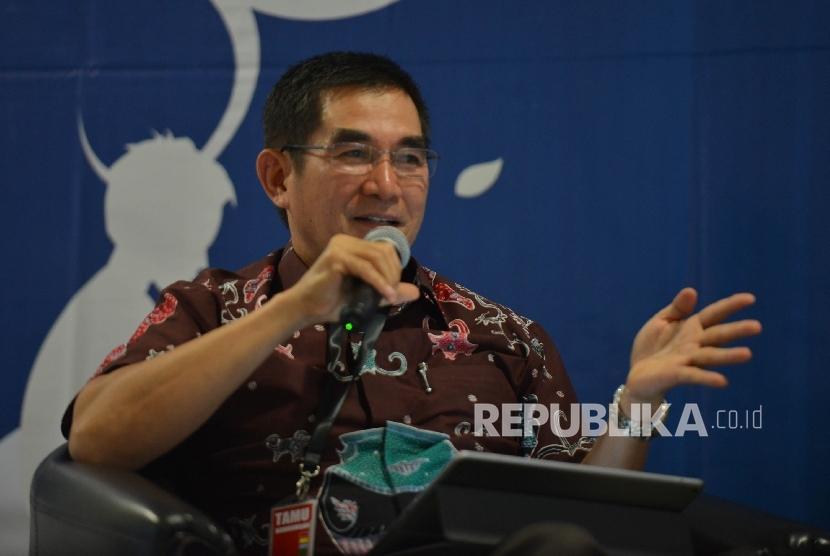 Mantan Ketua MK Hamdan Zoelva memberikan pemaparan saat peluncuran dan diskusi buku Metamorfosis Sandi Komunikasi Korupsi karya wartawan Sabir Laluhu dalam acara sarasehan pustaka di Gedung KPK Jakarta, Rabu (17/5).