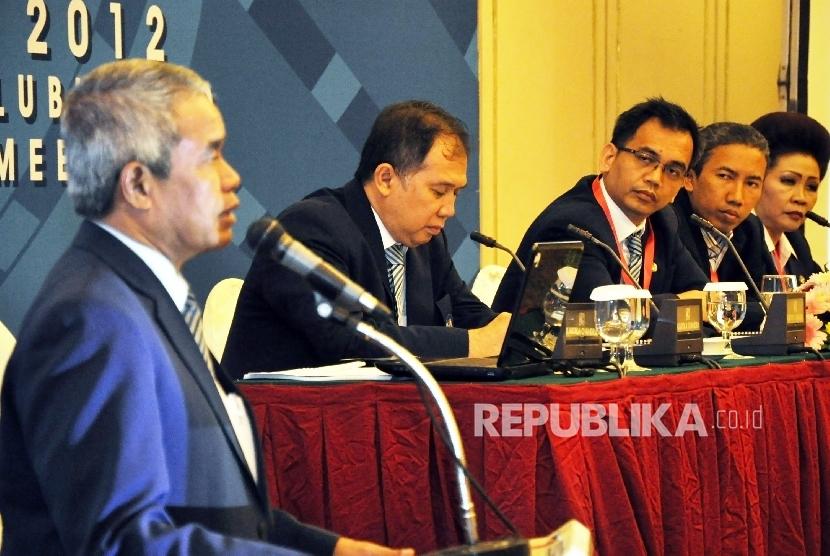 Mantan ketua umum PSSI, Djohar Arifin Husein (kiri) dan beberapa mantan Exco PSSI di antaranya Farid Rahman (kedua kiri), Sihar Sitorus (ketiga kiri), dan Tuty Dau (kanan). Status terhukum mereka di PSSI akan ditinjau ulang dalam kongres di Bandung, Ahad (