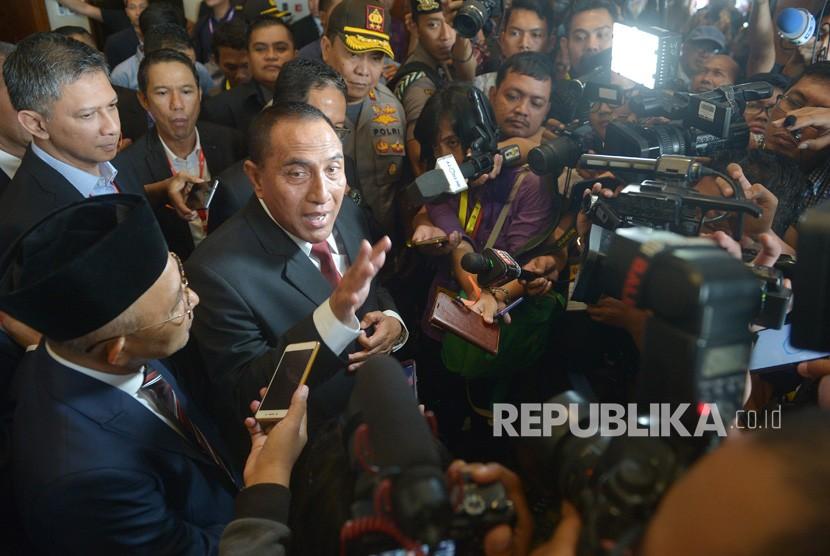 Mantan Ketua Umum PSSI Edy Rahmayadi (kedua kiri) menyampaikan keterangan kepada pers terkait pengunduran dirinya seusai pembukaan Kongres PSSI 2019 di Nusa Dua, Bali, Ahad (20/1/2019).