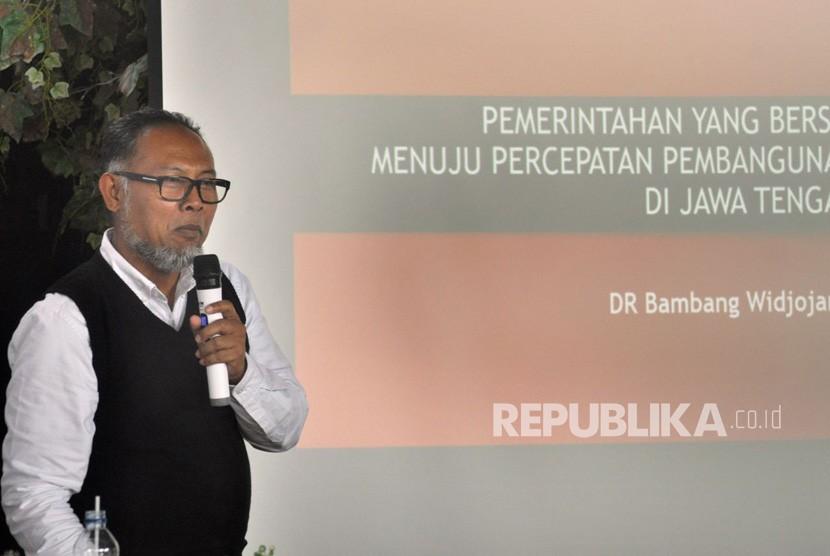 Mantan Komisioner Komisi Pemberantasan Korupsi (KPK), Bambang Widjojanto saat menjadi pembicara pada Seminar Anti Korupsi 'Pemerintahan yang Bersih Menuju Percepatan Pembangunan' di Semarang, Ahad (15/4).