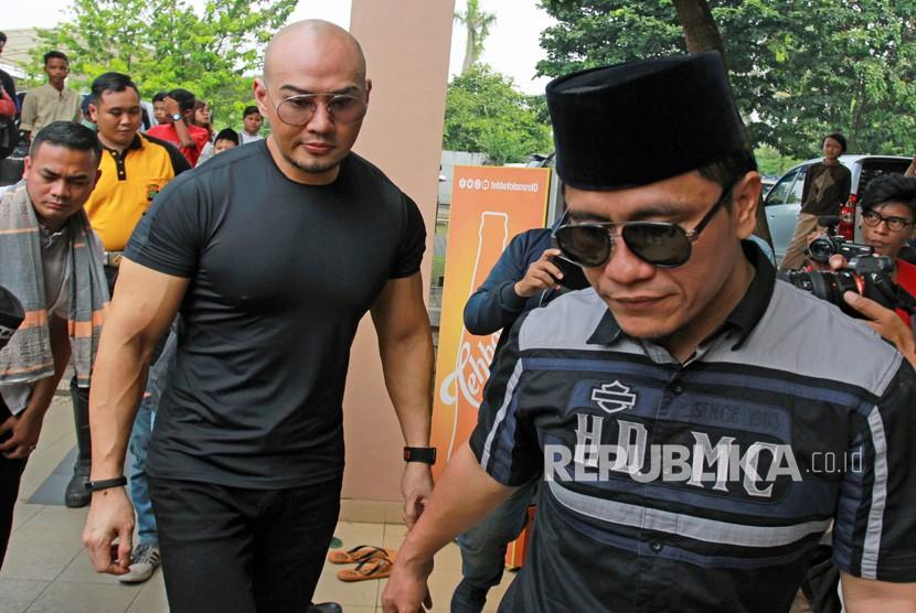 Mantan mentalis Indonesia Deddy Corbuzier (kiri) didampingi pembimbing agamanya Gus Miftah (kanan) bersiap melaksanakan Sholat Jumat di Masjid Bani Umar Pondok Aren, Tangerang Selatan, Banten, Jumat (28/6/2019).