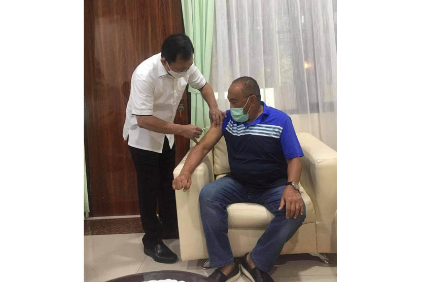 Mantan Menteri Kesehatan Terawan Agus Putranto menyuntikkan vaksin Nusantara kepada Ketua Dewan Pembina Partai Golkar, Aburizal Bakrie di Rumah Sakit Pusat Angkatan Darat (RSPAD) Gatot Soebroto, Jakarta, pada Jumat (16/4).