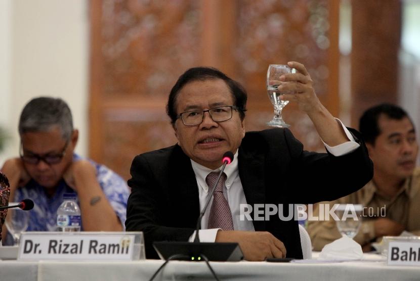 Mantan Menteri Koordinator Perekonomian Rizal Ramli saat menghadiri acara Round Table Discussion yang dilaksanakan di Gedung Nusantara IV, Jakarta, Selasa (23/5).