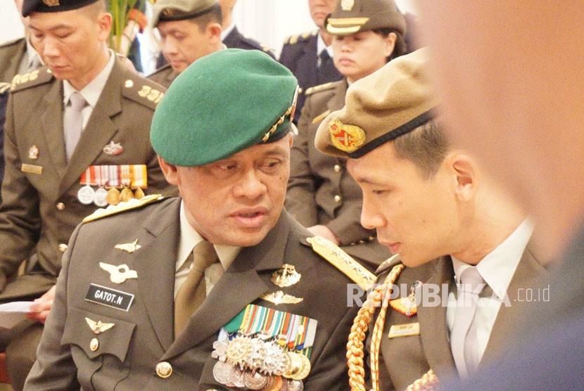 Ketua Umum Partai Gerindra Prabowo Subianto (tengah) berfoto bersama Presiden PKS Sohibul Iman (kiri), Sekjen PAN Eddy Soeparno (kanan) serta Pasangan Calon Gubernur Jawa Barat dari Partai Koalisi Asyik, Sudrajat (kedua kiri) - Ahmad Syaikhu (kedua kanan) saat melakukan pertemuan di Jakarta, Kamis (1/3).