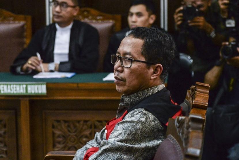 Mantan pelaksana tugas (Plt) Ketua Umum PSSI Joko Driyono mengikuti sidang perdana kasus dugaan penghilangan barang bukti pengaturan skor di Pengadilan Negeri Jakarta Selatan, Jakarta, Senin (6/5/2019).