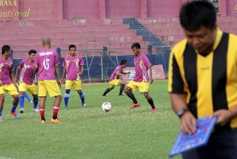 Mantan pelatih Persidafon Jayapura dan Persegres Gresik Agus Yuwono (kanan).