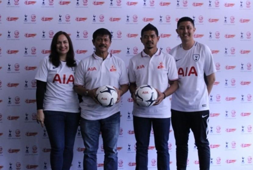Mantan pelatih Tim Nasional Indonesia U19 Indra Sjafri dan Bambang Pamungkas.