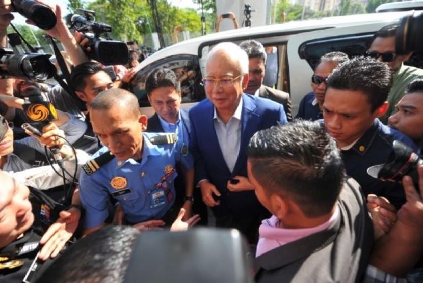 Mantan Perdana Menteri Malaysia, Najib Razak tiba di gedung MACC untuk memberikan keterangan seputar skandal kasus 1MDB, Selasa (22/5).