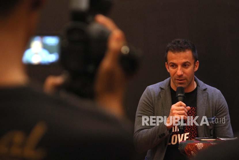 Mantan pesepakbola Juventus dan timnas Italia Alessandro Del Piero berbicara kepada wartawan, di Medan, Sumatera Utara, Kamis (17/5).