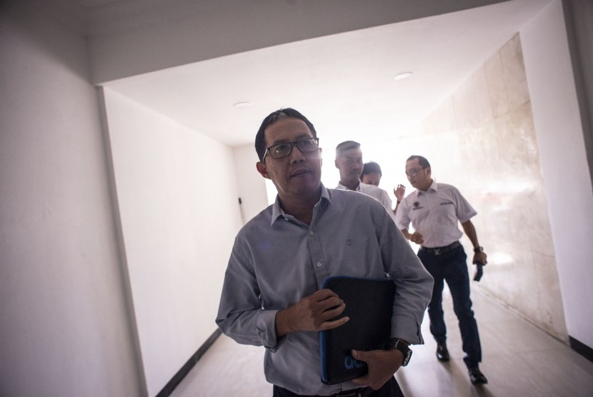 Mantan Plt Ketua Umum PSSI Joko Driyono (kiri) berjalan menuju ruang pemeriksaan di Ditreskrimum Polda Metro Jaya, Jakarta, Senin (25/3/2019).