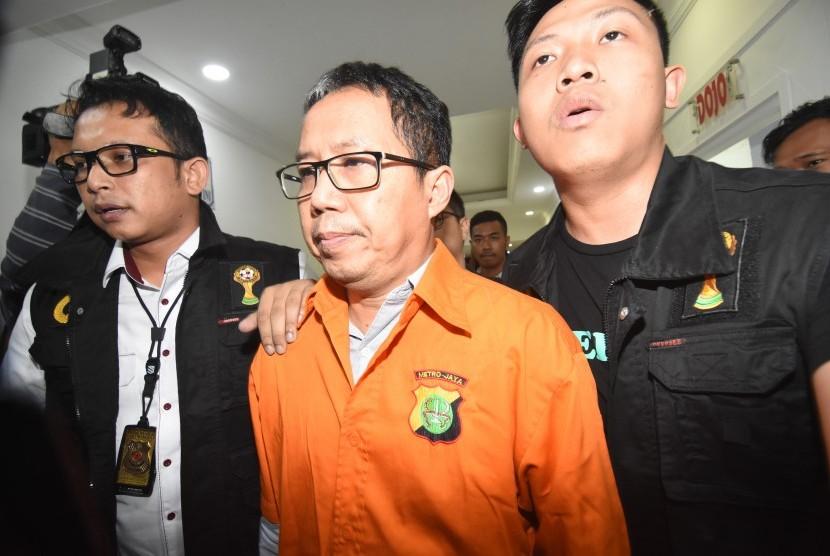 Mantan Plt Ketua Umum PSSI Joko Driyono (tengah)