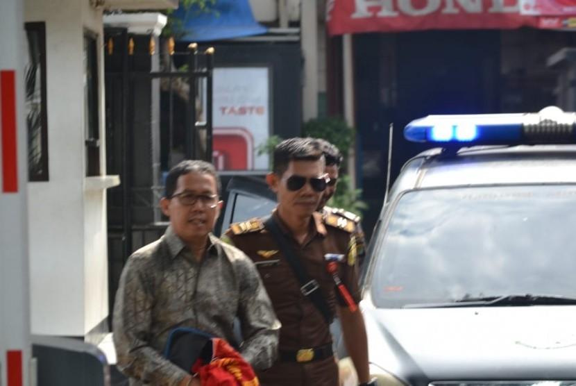 Mantan Plt. Ketua Umum PSSI, Joko Driyono tiba di Pengadilan Negeri Jakarta Selatan untuk menjalani sidang perdana kasus pengaturan skor. Senin (6/5).