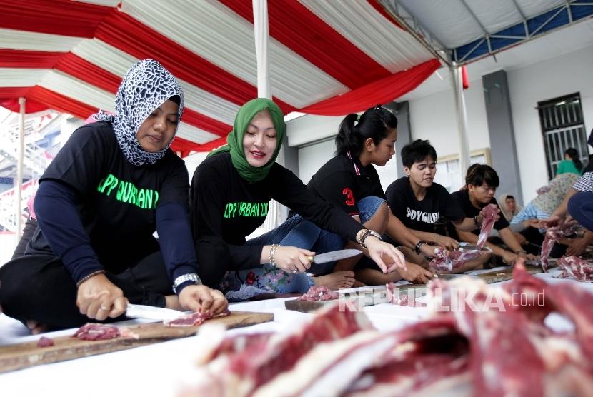 Mantan Politikus Partai Demokrat Angelina Sondakh bersama sejumlah warga binaan berpartisipasi dalam kegiatan Idul Adha di lapangan Lapas Perempuan Kelas IIA Pondok Bambu, Jakarta, Jumat(1/9).