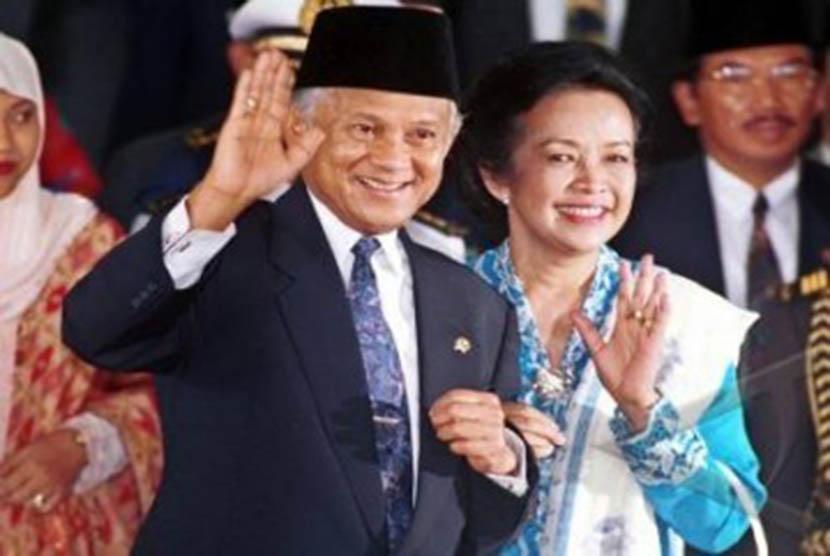 Mantan Presiden BJ Habibie dan istrinya mendiang Ainun