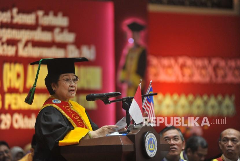 Mantan presiden Megawati Soekarnoputri memberikan sambutan usai Penganugerahan Gelar Doktor Kehormatan (Dr. Honoris Causa) kepada Mantan Wakil Perdana Menteri Malaysia, Dato' Seri Anwar Ibrahim, di kampus Universitas Negeri Padang (UNP) Padang, Sumatera Barat, Senin (29/10/2018).