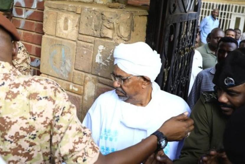 Mantan presiden Sudan Omar al-Bashir terlihat pertama kali di publik sejak kudeta penggulingan dirinya April lalu, Ahad (16/6).