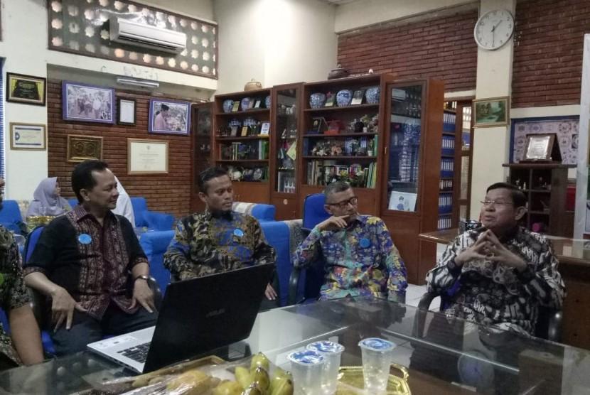 Mantan wakil mendikbud Fasli Jalal (kanan) berbincang dengan sejumlah pengelola sekolah Islam yang tergabung dalam Asosiasi Yayasan Pendidikan Islam (AYPI).