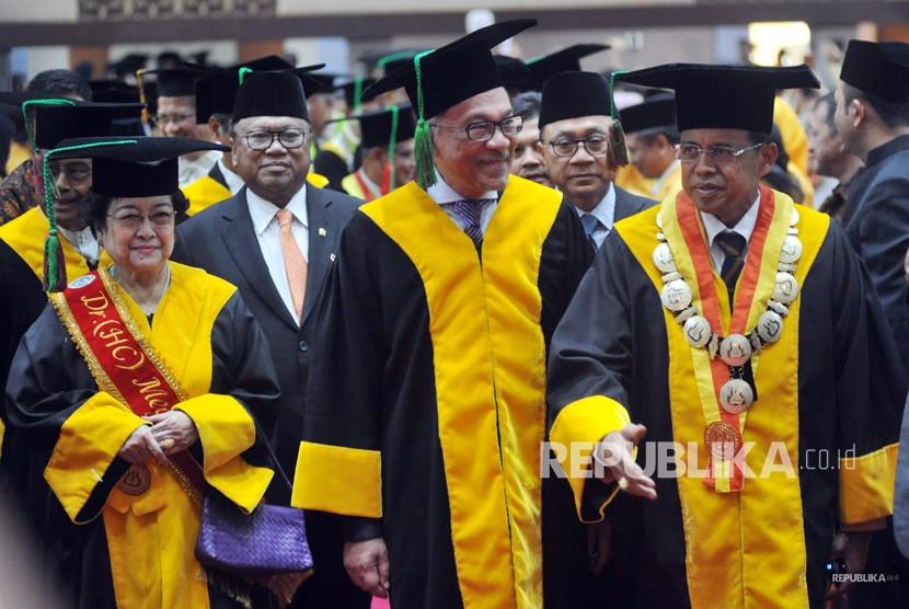 Mantan Wakil Perdana Menteri Malaysia, Dato' Seri Anwar Ibrahim (tengah), bersama mantan presiden Megawati Soekarnoputri (kiri), Ketua MPR Zulkifli Hasan (kedua kanan), Ketua DPD Oesman Sapta Odang (kedua kiri), dan Rektor Universitas Negeri Padang (UNP), Prof.Ganefri (kanan), sebelum mengikuti Rapat Senat Terbuka, Penganugerahan Gelar Doktor Kehormatan (Dr.Honoris Causa), di kampus UNP Padang, Sumatera Barat, Senin (29/10/2018).