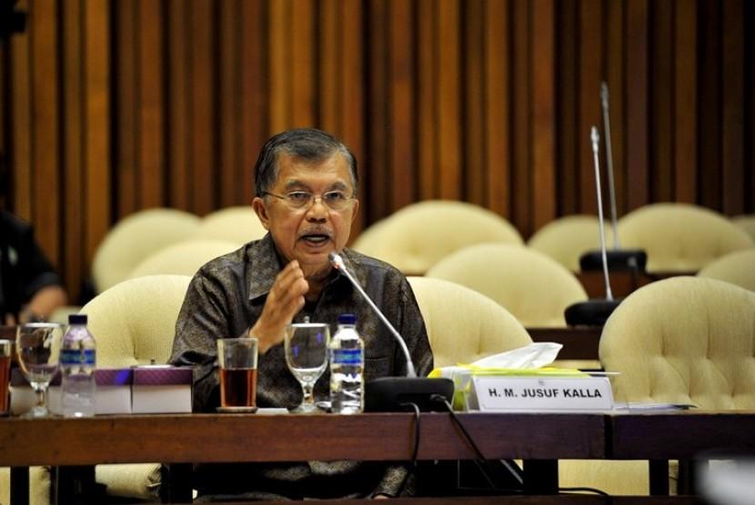 Mantan Wakil Presiden Jusuf Kalla memberikan keterangan kepada Tim Pengawas kasus Bank Century Dewan Perwakilan Rakyat (DPR) di Kompleks Parlemen Senayan, Jakarta, Rabu (19/9)