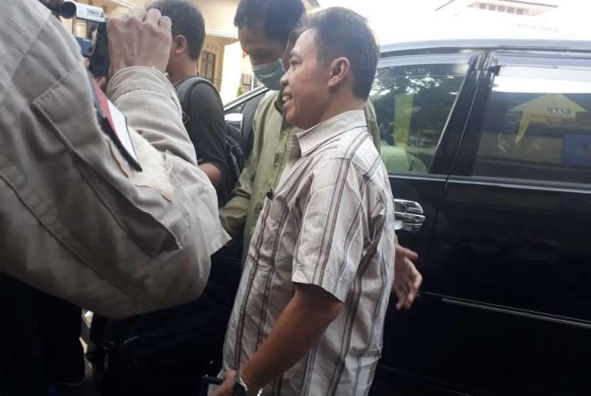 Mantan wali kota Depok Nur Mahmudi Ismail saat tiba di Polres Depok untuk menjalani pemeriksaan, Kamis (13/7).