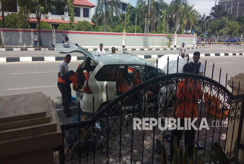 Mapolda Riau diserang oleh orang tak dikenal, Rabu (16/5) pagi. Dalam insiden tersebut, polisi melumpuhkan 4 orang terduga teroris dan saat ini masih mengejar satu orang sopir yang sebelumnya menerobos masuk ke dalam Mapolda Riau.