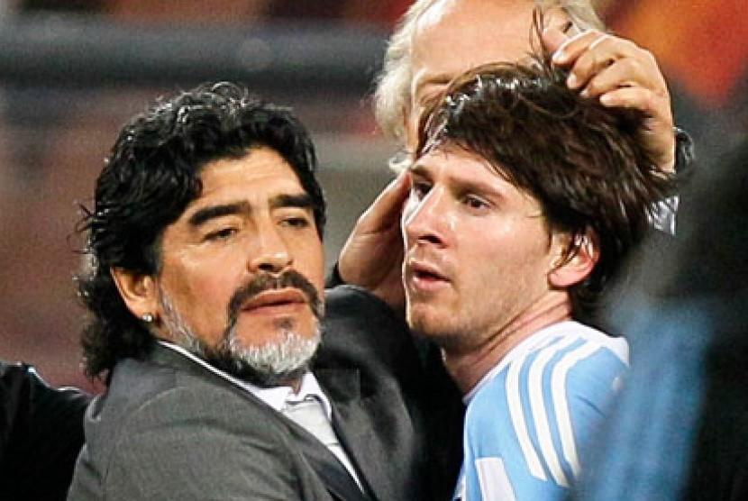 Maradona (kiri) dan Lionel Messi.