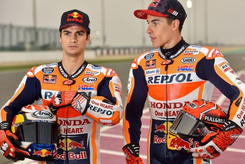 Marc Marquez dan Dani Pedrosa (kiri).