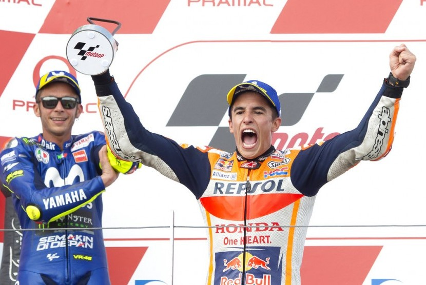 Marc Marquez (kanan) dan Valentino Rossi di podium juara GP Jerman.