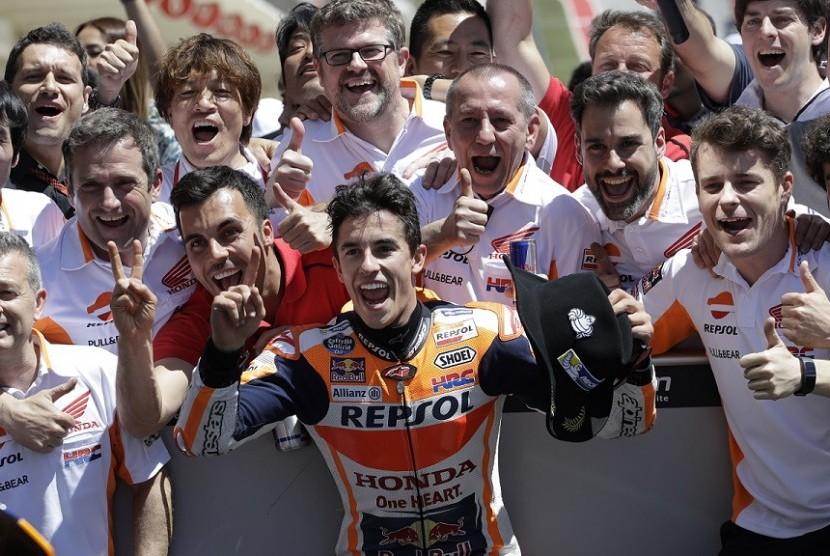 Marc Marquez merayakan keberhasilannya finis tercepat di GP Amerika, Austin bersama kru Repsol Honda.