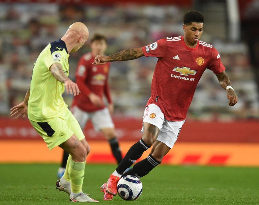 Marcus Rashford (kanan) pencetak gol Manchester United pada babak pertama ke gawang Newcastle United dalam pertandingan Liga Primer Inggris, Senin (22/2) dini hari WIB.