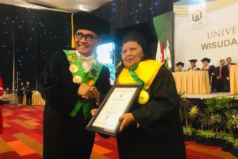Maria Lidwina Endang Suwarni (70) wisudawan tertua Unusa