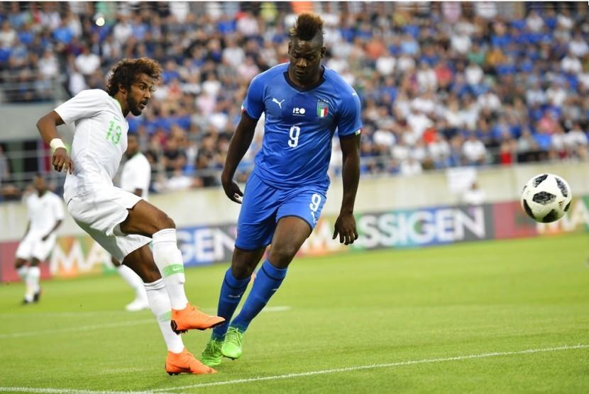 Mario Balotelli (kanan) saat membela Italia melawan Arab Saudi.