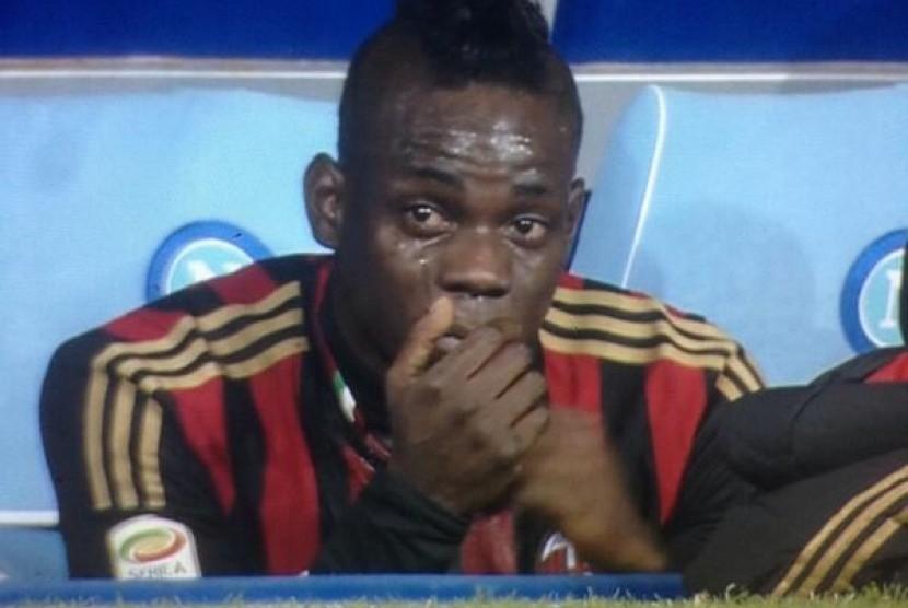 Mario Balotelli menangis.