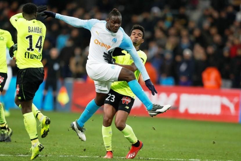 Mario Balotelli (tengah) pada laga debut membela Marseille melawan Lille di Ligue 1.